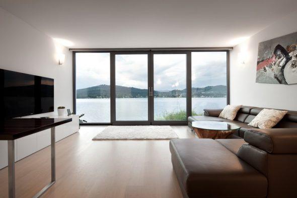 Гостиная в коричневых тонах с панорамными окнами