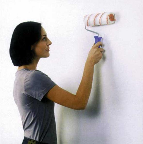 Обработка стены клеем