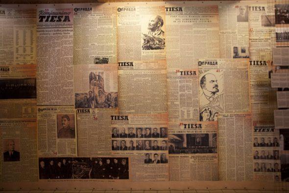 Стена, окленная газетами