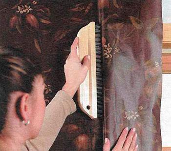 Разглаживание обоев у окна