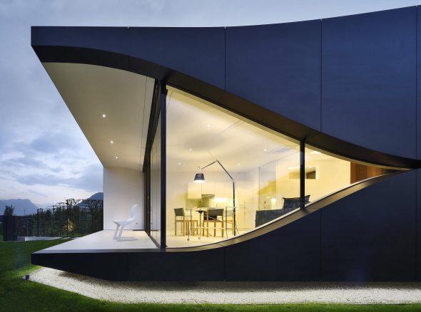 Фасад стеклянного дома в Италии