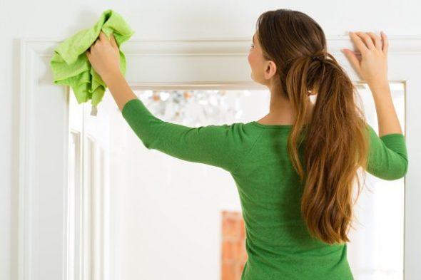 Девушка вытирает окно