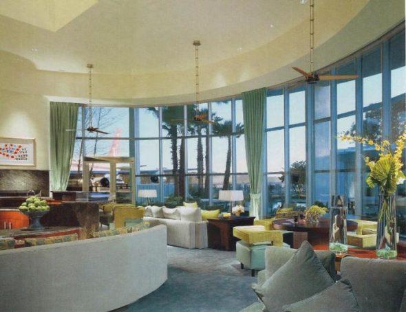 Гостиная с панорамными окнами в особняке Джона Траволты
