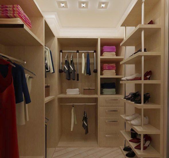 Гардеробная комната с открытыми полгами и выдвижными ящиками