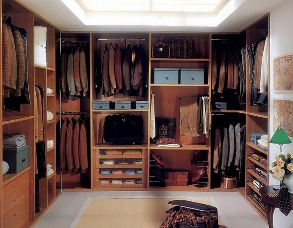 Гардеробная в классическом стиле с мебелью коричневого цвета