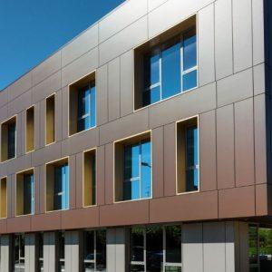 Облицовка общественного здания панелями из керамогранита