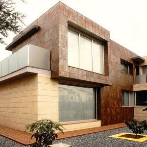 Фасад загородного дома из керамогранитных панелей