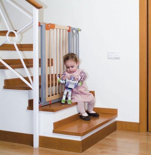 Девочка на ступенях лестницы