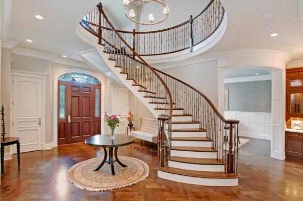 Большой холл с лестницей на второй этаж
