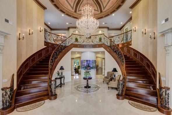 Холл с двумя лестницами, ведущими на второй этаж