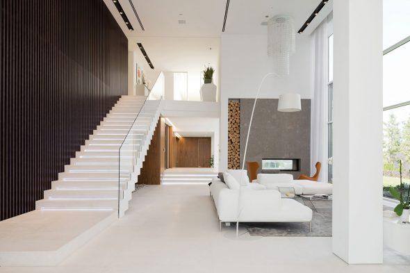 Гостиная в светлых тонах с лестницей на второй этаж