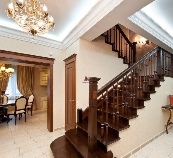 Холл с большой лестницей на второй этаж