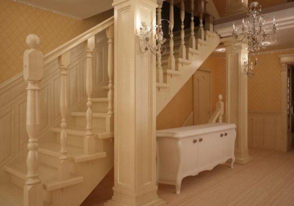 Гостиная с лестницей на второй этаж в классическом стиле