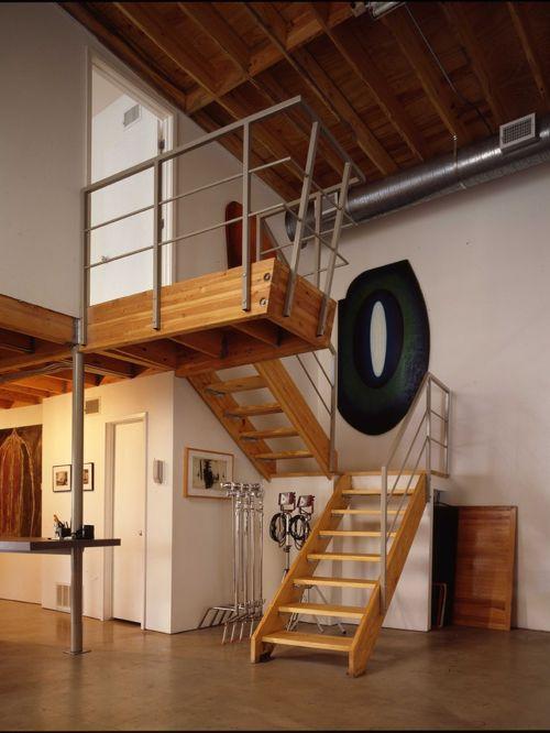 Деревянная лестница с металлическими перилами на второй этаж