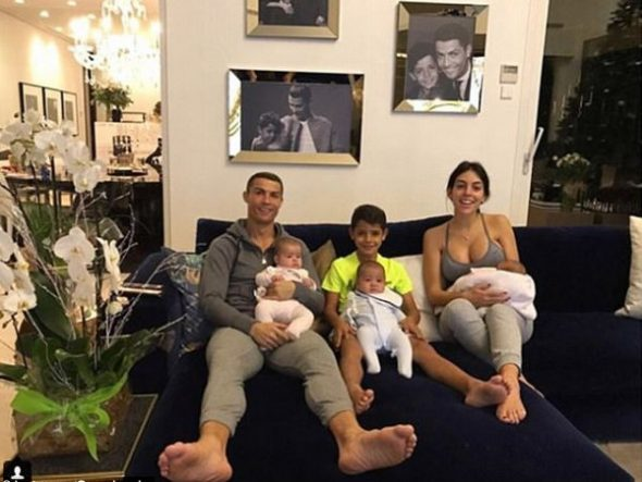 Криштиану Роналду с семьей в своем доме