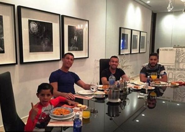 Криштиану Роналду с друзьями в своем доме