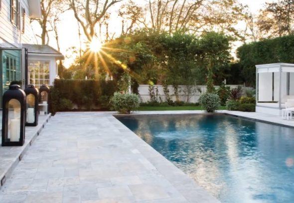 Двор с бассейном