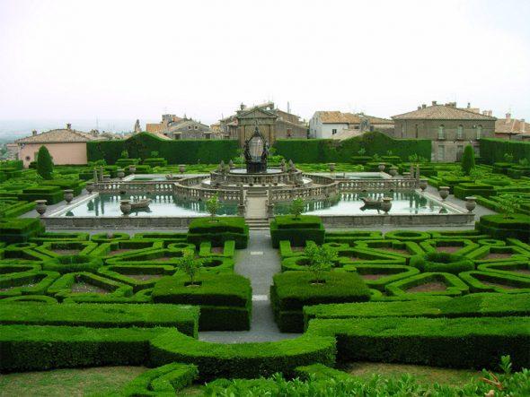 Сад с бассейном