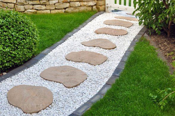 Садовая дорожка из щебня, плитки и спилов
