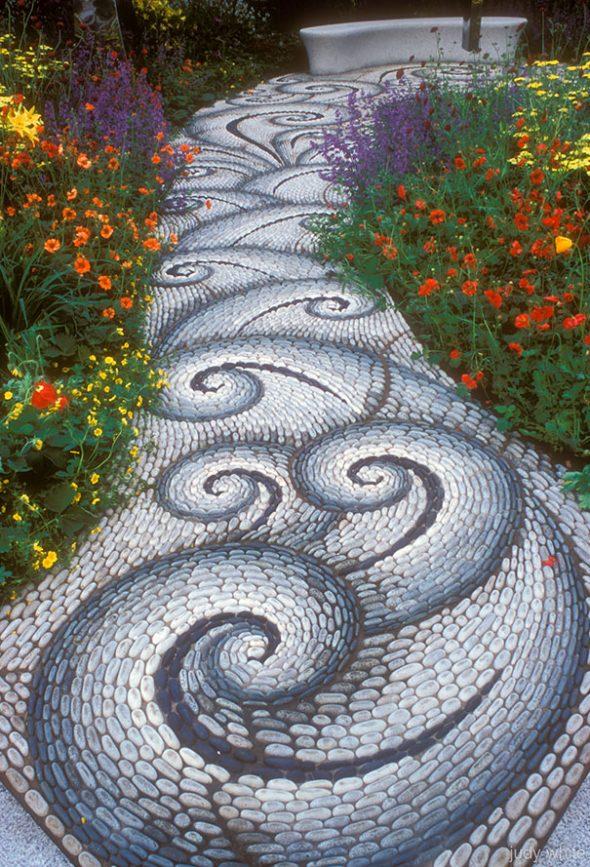 Садовая дорожка с художественным рисунком из гальки