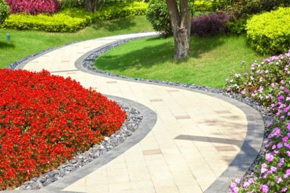 Извилистая садовая дорожка из плитки