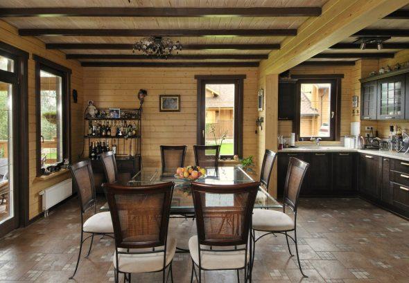 Интерьер кухни-столовой в деревянном доме