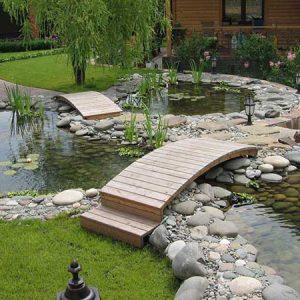 Дачный пруд с мостиком