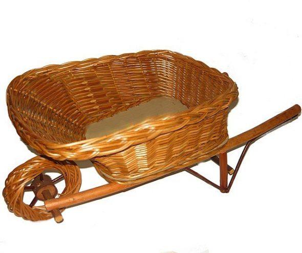 Тележка с плетёным кузовом и колесом