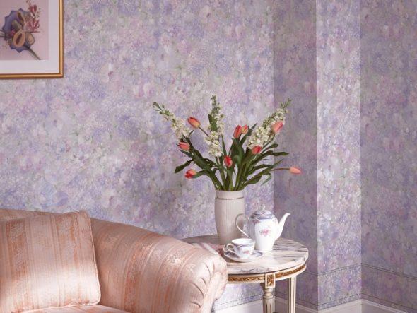 Отделка стен гостиной стеклообоями фиолетового цвета