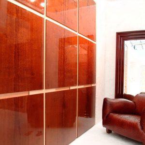 Глянцевые стеновые панели в интерьере гостиной