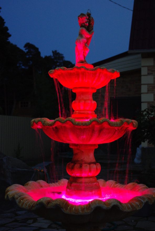 Фонтан с красной подсветкой