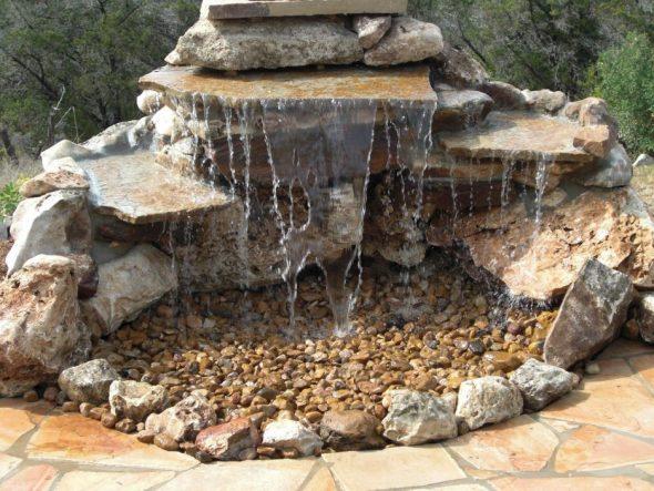 Фонтан, оформленный камнями и щебнем