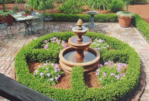 Маленький фонтан в саду
