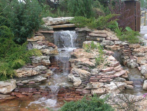 Водопад с каменными плитами