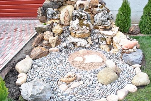 Водопад, декорированный галькой