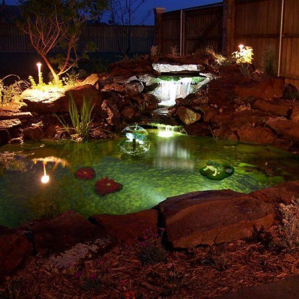Вечернее освещение пруда с водопадом