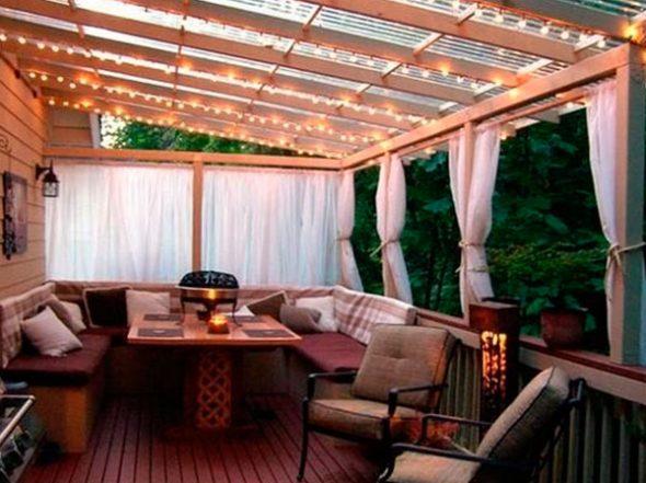 Полуоткрытая терраса с уютным освещением