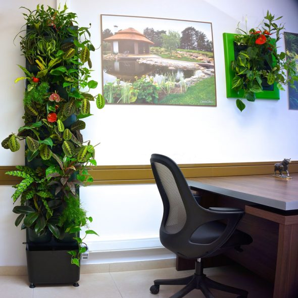 Напольная стойка с комнатными цветами