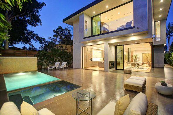 Богатый дом с панорамными окнами