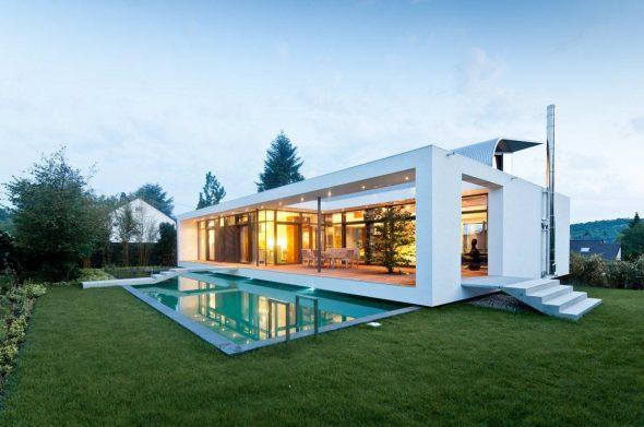 Дом с панорамными окнами и бассейном