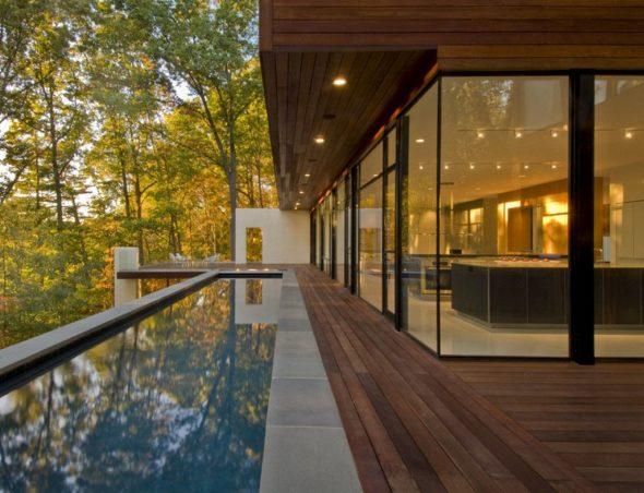 Терраса у дома с панорамными окнами