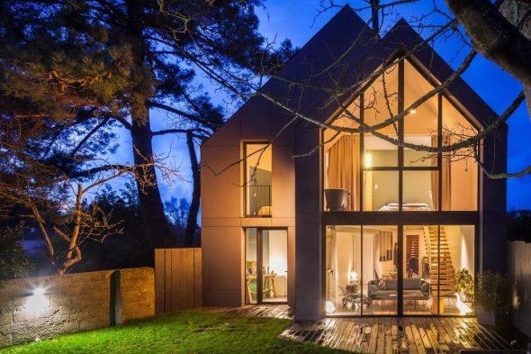 Дом с панорамными окнами в вечернее время