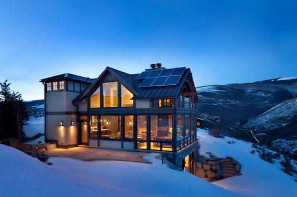 Дом с панорамными окнами в горах