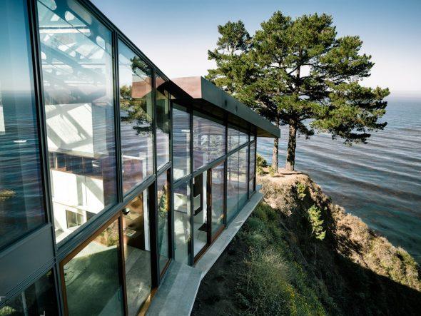 Дом с панорамными окнами у моря