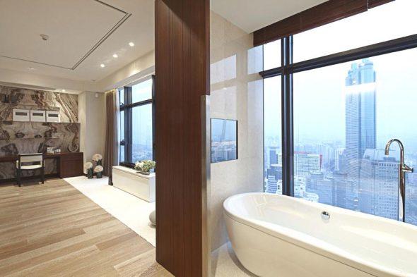Дизайн просторной ванной с панорамными окнами