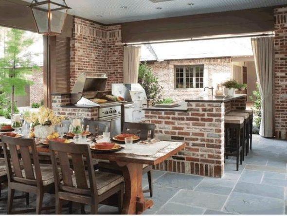 Патио с кухней и столовой зоной