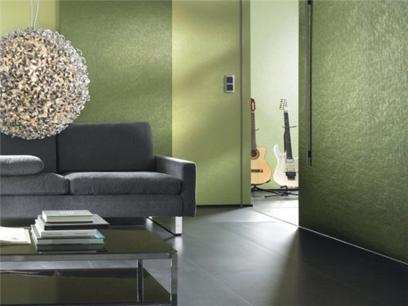 Стеклообои зеленого цвета в интерьере гостиной