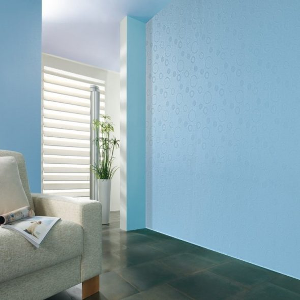 Синие стеклообои в дизайне гостиной