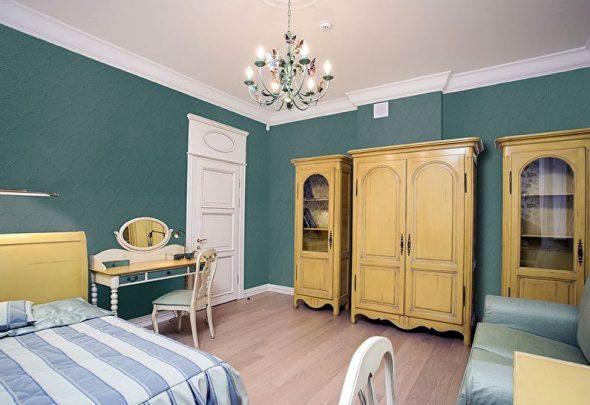 Крашеные стеклообои в интерьере спальни