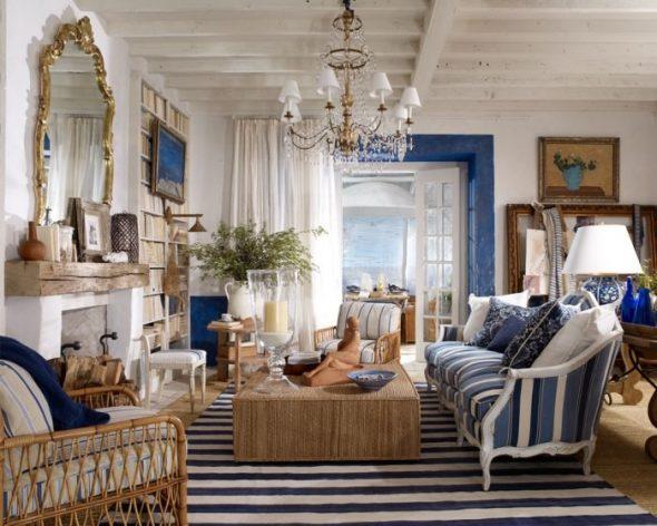 Интерьер гостиной в загородном доме в морском стиле